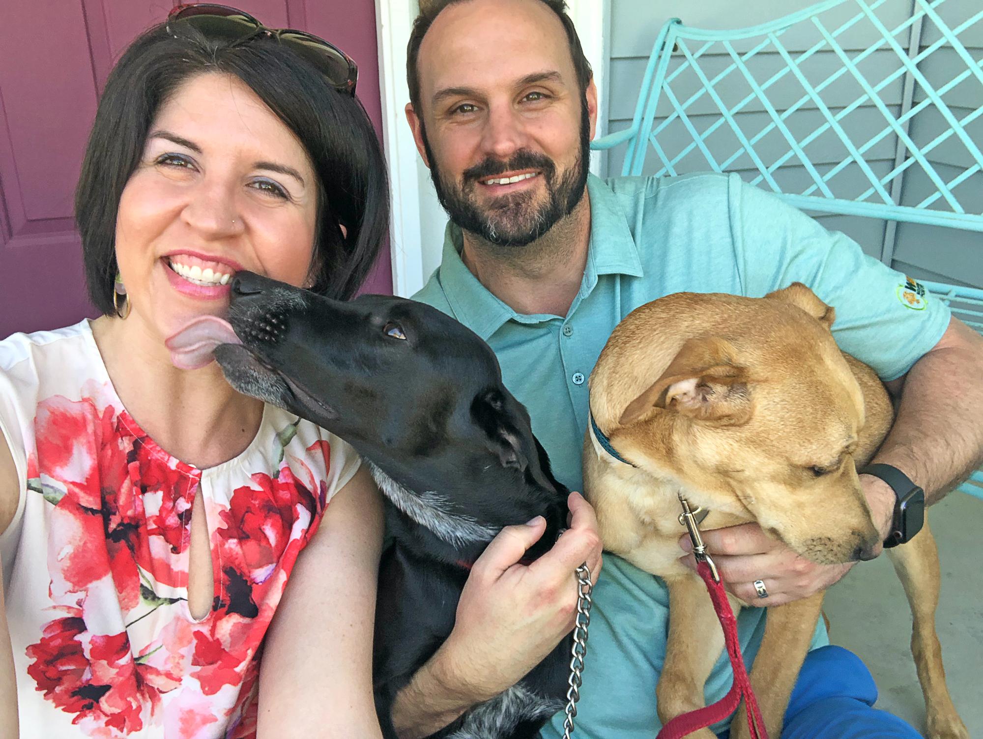 Rencontrez la maman de chien Leanora, son mari et leurs deux chiens Cash et Carter